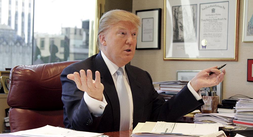 ترامب يعمل في مكتبه