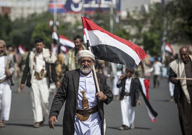 رجل يحمل علم اليمن