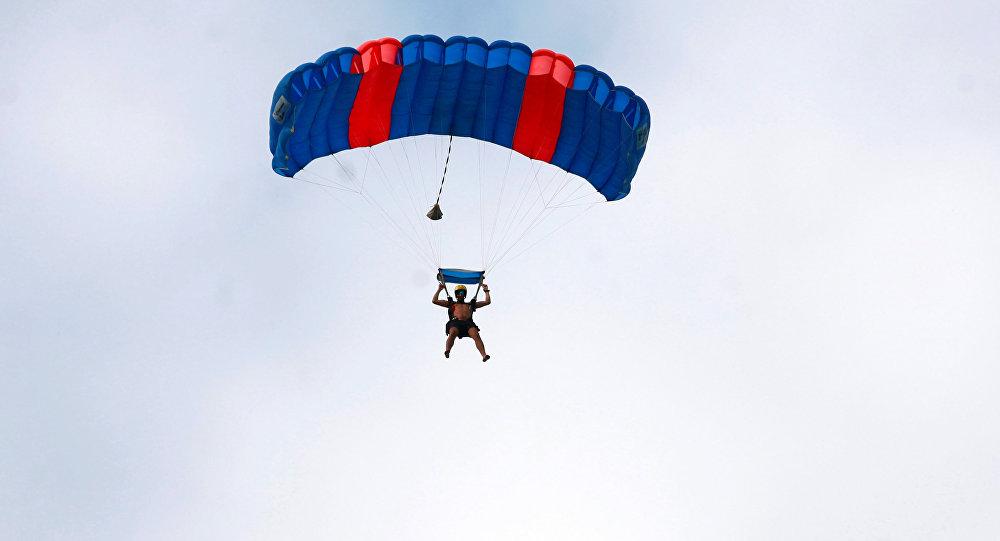 مظليون بريطانيون يقفزون دون ملابس