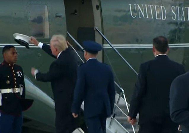 ترامب يساعد جندي في إرتداء قبعته
