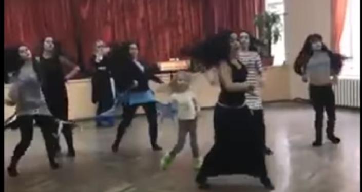 حسناوات روسيات يقمن بأداء رقصة المزمار اليمنية