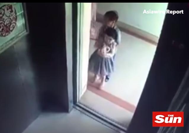 طفل يقتل طفلة عمرها عامان بطريقة مفزعة