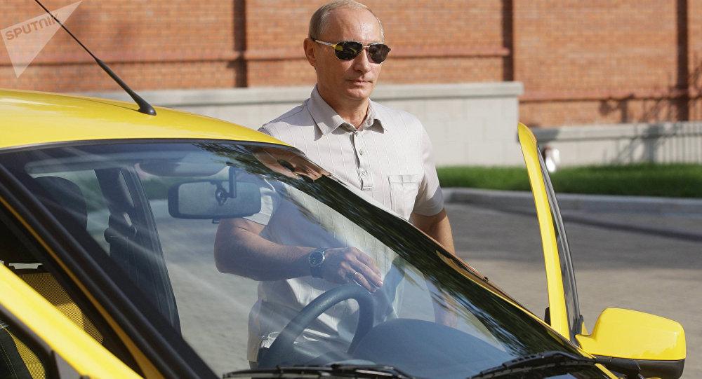 بوتين خلال قيادته السيارة