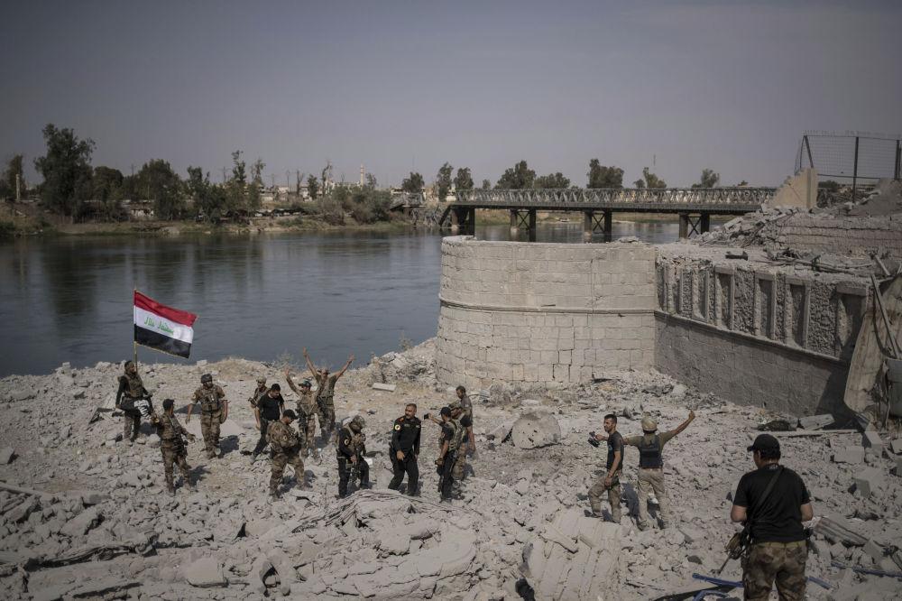 عناصر القوات الخاصة بجوار نهر الدجلة تحتفل في مدينة الموصل،  9  يوليو/ تموز 2017