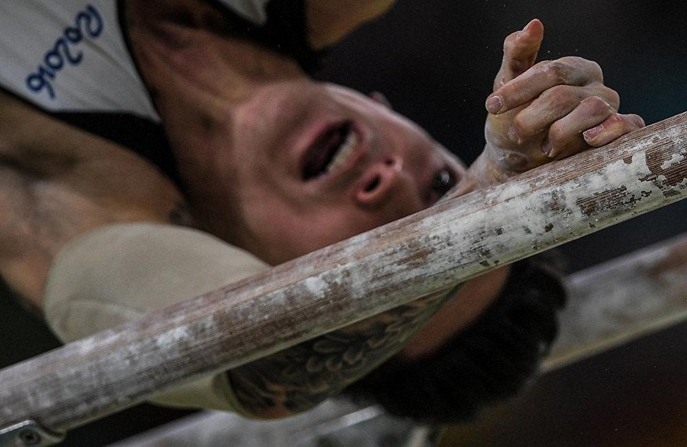 جائزة ستينين للتصوير المحترف في فئة الرياضة - صورة للمصور أليكسي فيليبوف بعنوان على أطراف الأصابع (صورة للرياضي الألماني مارسيل نغونين خلال الألعاب الأولمبية في ريو دي جانيرو)