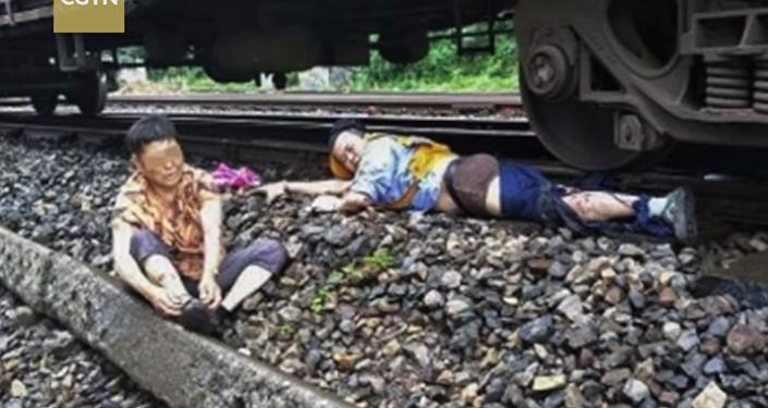 رجل يفقد ساقه أثناء إنقاذ حياة امرأة صماء أمام قطار