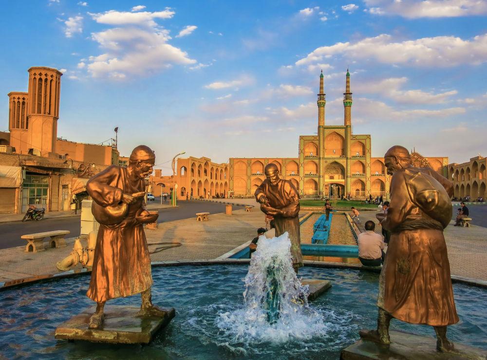 مجمع ميدان أمير جقماق، وهو و أحد أكبر وأقدم المباني التاريخية في إيران، شيد قبل 600 عام في يزد