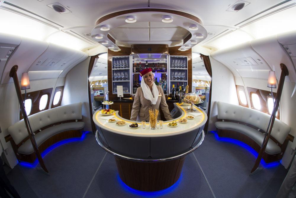 مضيفة الطيران الإماراتي إيميراتز (Emirates)