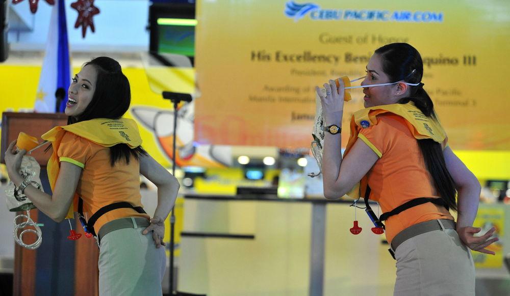 مضيفات الطيرات سيبو باسيفيك (Cebu Pacific) خلال عرض ارشادات سلامة الركاب على متن الطائرة، الفلبين
