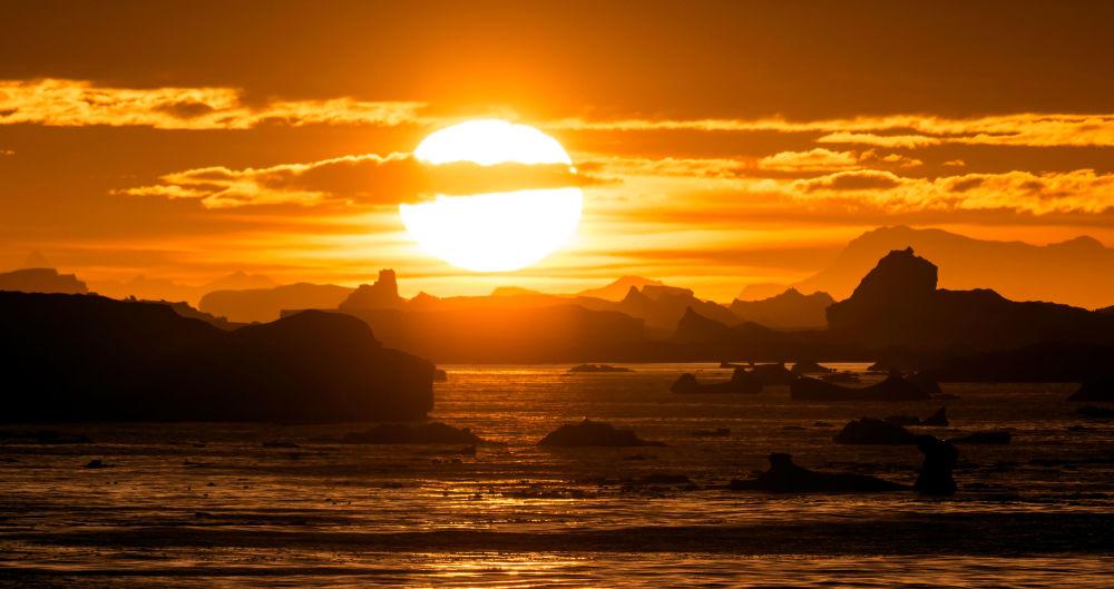 غروب الشمكس على خلفية مضيق لومير (Lemaire Channel) في القطب الجنوبي