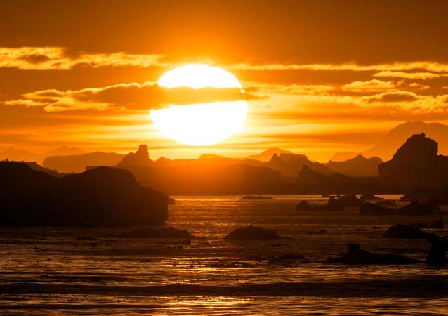 غروب الشمس على خلفية مضيق لومير (Lemaire Channel) في القطب الجنوبي