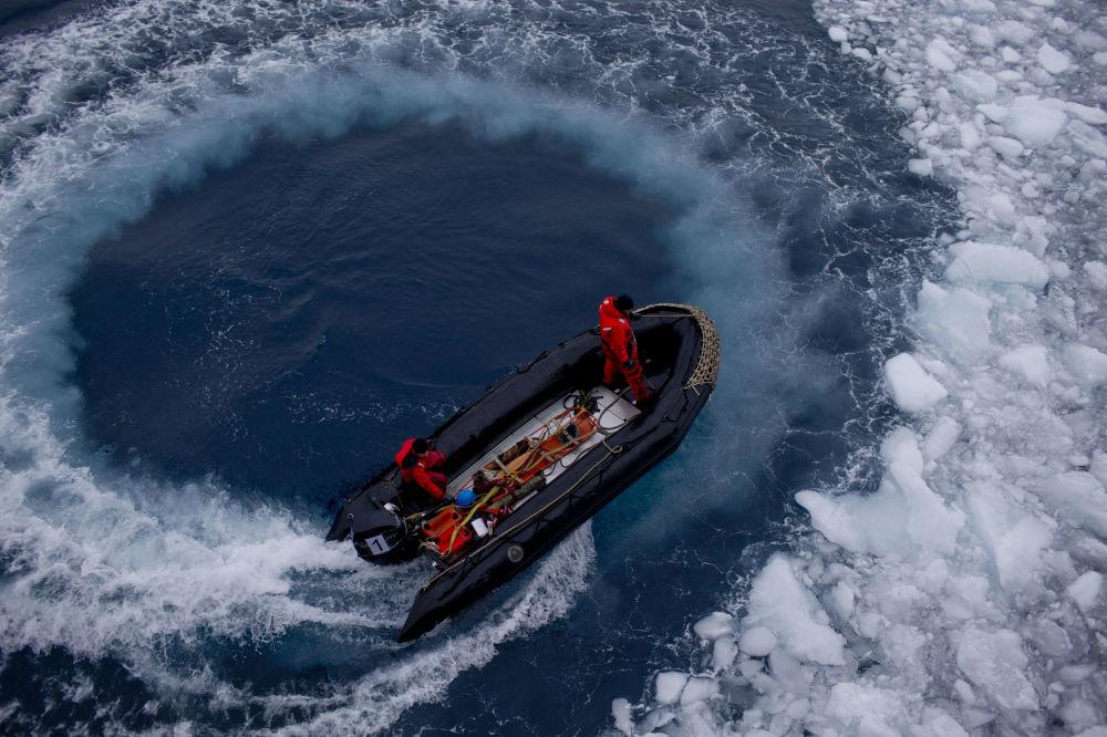 عسكريون تشيليون في زورق يحمل الجيولوجيين إلى محطة البحث والدراسة بيرناردو أوهيغينز (Bernardo O'Higgins) في القطب الجنوبي، 22 يناير/ كانون الثاني 2015