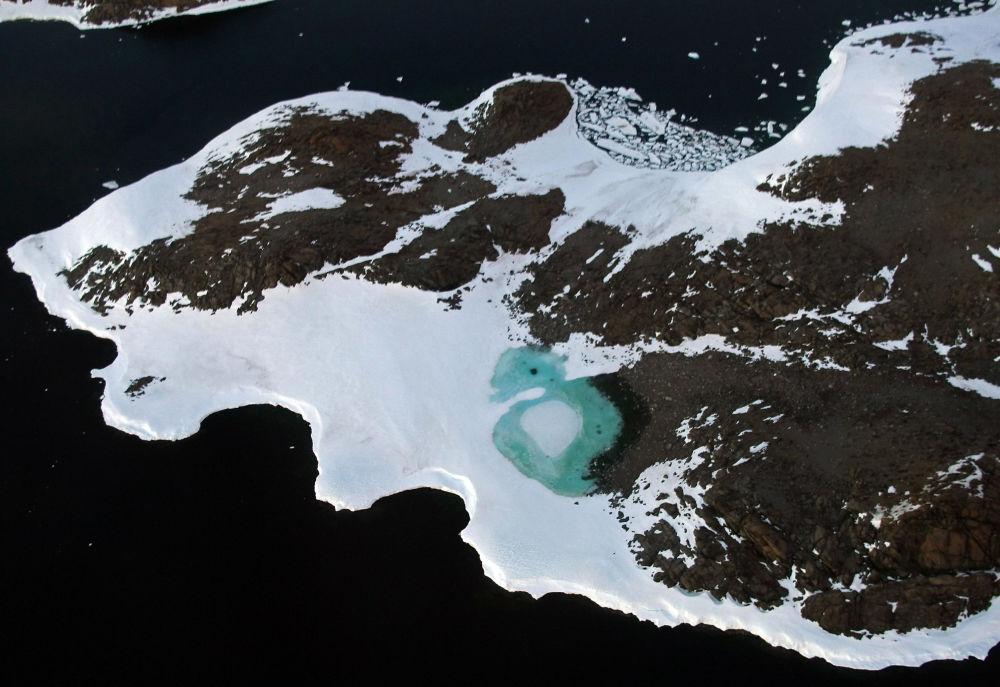 بحيرة تكونت إثر ذوبان الثلوج بالقرب من كيب فولغر (Cape Folger) على ساحل باد (Budd Coast) في المنطقة الأسترالية من القطب الجنوبي، 11 يناير/ كانون الثاني 2008