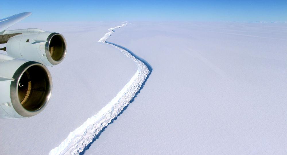 صورة لانشقاق الجبل الجليدي الكبير لارسن س (Larsen C) 10 نوفمبر/ تشرين الثاني 2016