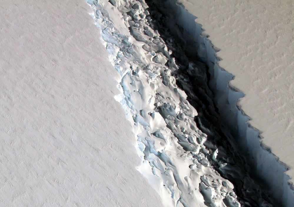 صورة لانشقاق جبل جليدي لارسن س (Larsen C) قبالة سواحل القارة القطبية الجنوبية، 10 نوفمبر/ تشرين الثاني 2016