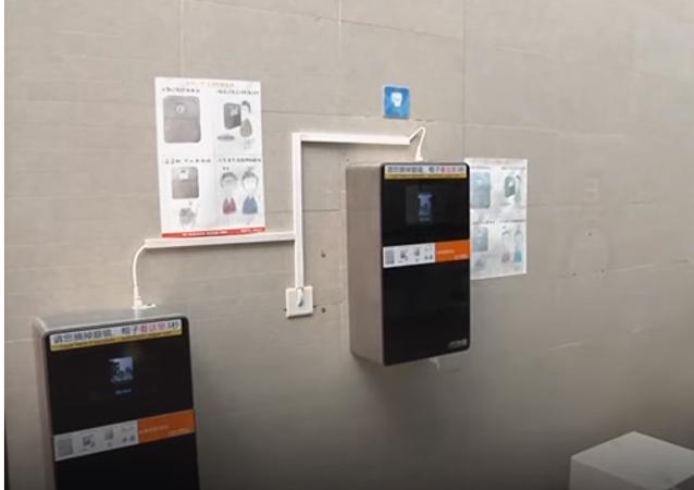 الصين تستخدم جهاز بصمة الوجه للحصول على مناديل دورات المياه