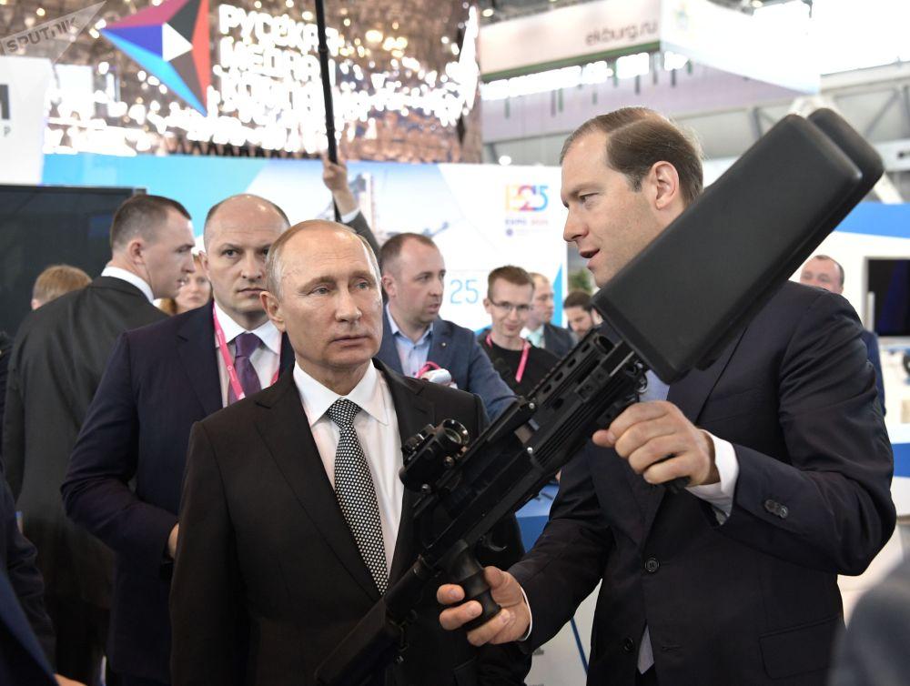 الرئيس الروسي فلاديمير بوتين خلال زيارته لمعرض إنوبروم-2017 في يكاتيرينبورغ، روسيا 10 يوليو/ تموز 2017