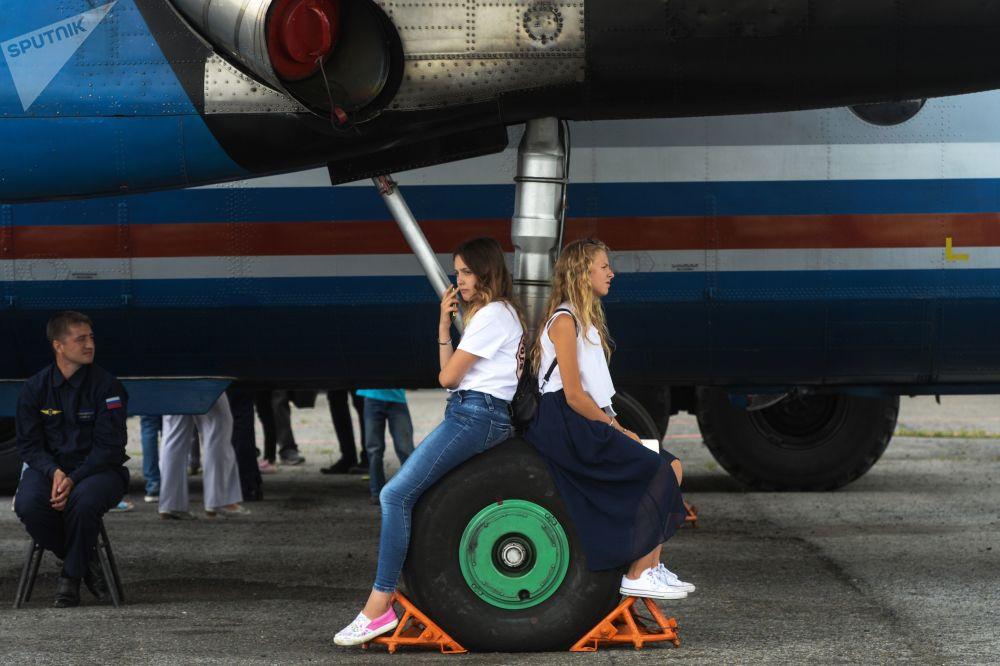 فتيات خلال يوم الأبواب المفتوحة بمناسبة الذكرى الـ 60 لبناء مطار تولماتشوفا في نوفوسيبيرسك، روسيا