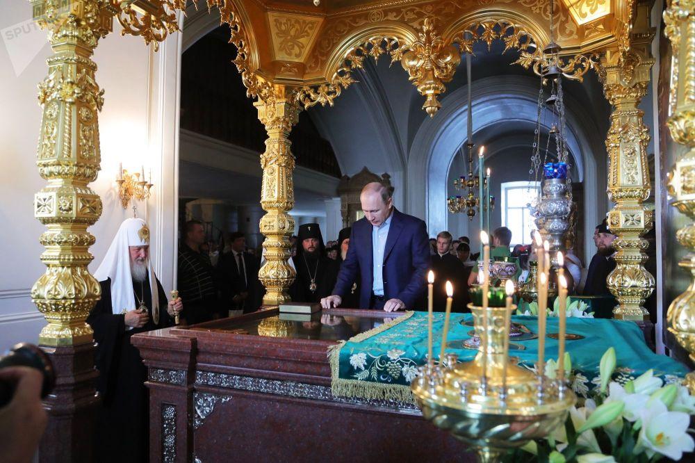 الرئيس فلاديمير بوتين خلال زيارته لكنيسة سباسو-بريأوراجينسكوغو لدير فالامسكوغو، بمناسبة إحياء ذكرى مؤسيي دير فالامسكي