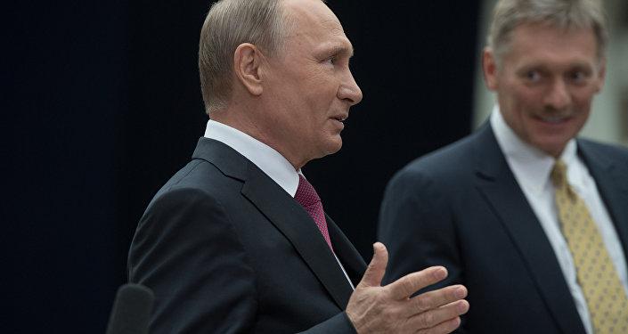 الرئيس فلاديمير بوتين والمتحدث الرسمي باسم الرئاسة الروسية، دميتري بيسكوف