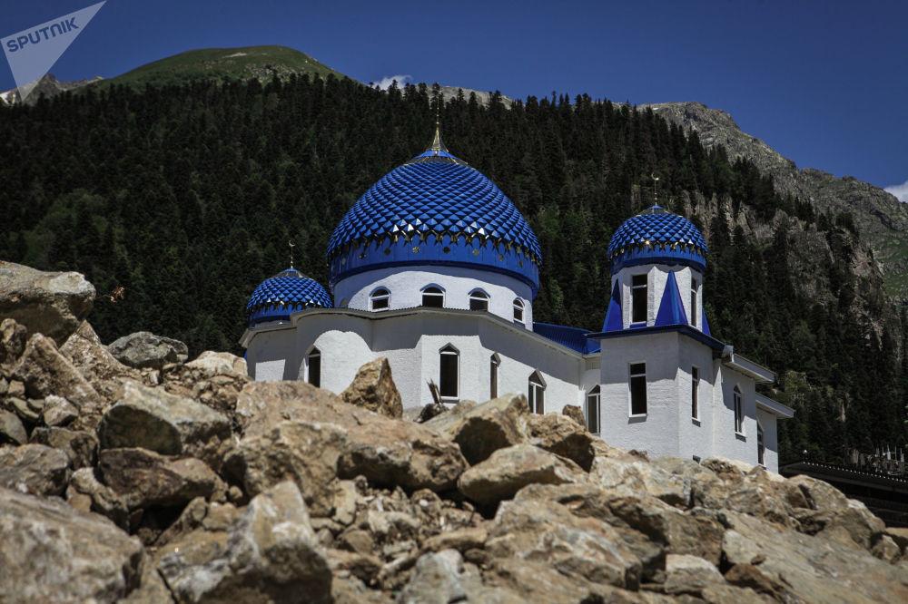 مسجد في قرية دومباي في قراتشاي - تشيركيسيا شمال القوقاز، روسيا الاتحادية