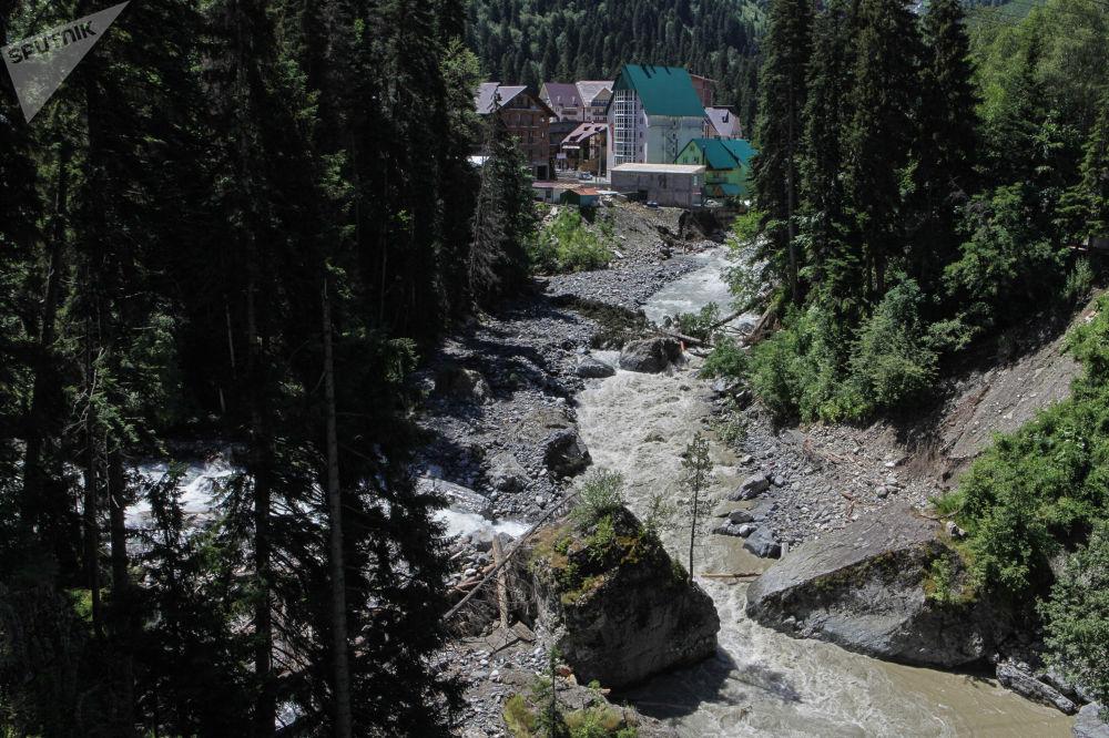 نهر دومباي في منتجع دومباي الجبلي في قراتشاي - تشيركيسيا شمال القوقاز، روسيا الاتحادية