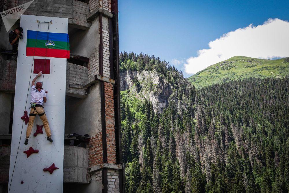 افتتاح البطولة الدولية للتسلق في قرية دومباي في قراتشاي - تشيركيسيا شمال القوقاز، روسيا الاتحادية