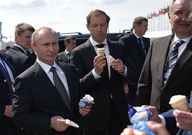 الرئيس الروسي فلاديمير بوتين خلال زيارته لمعرض ماكس – 2017 الدولي لمعدات الفضاء والطيران في منطقة جوكوفسكي قرب موسكو