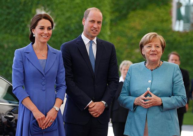ميركل مع الأمير وليام وزوجته