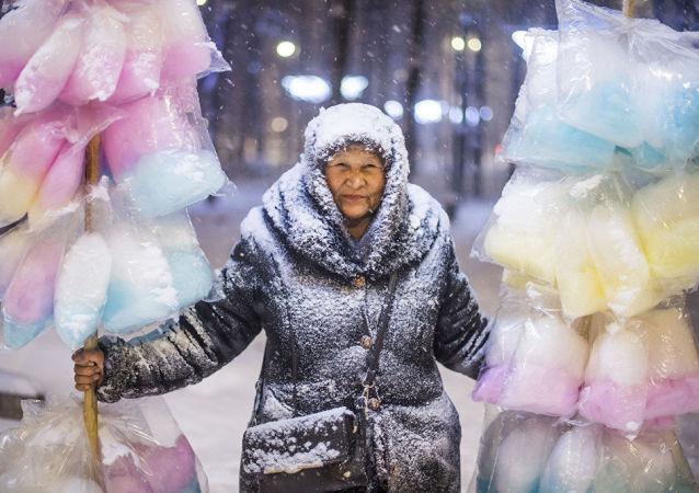 صورة بعنوان بائعة  حلوى غزل البنات - للمصور القرغيزي تابيلد كاديربيكوف في مدينة بشكيك، قرغيزستان