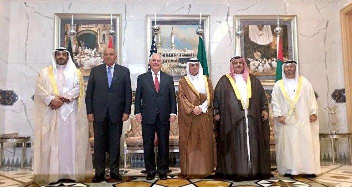 صورة جماعية لوزير الخارجية السعودية عادل الجبير، ووزير الخارجية الأمريكية ريكس تيلرسون، ووزير الخارجية المصرية سامح شكري، ووزير الخارجية الكويتية والبحرينية والإماراتية