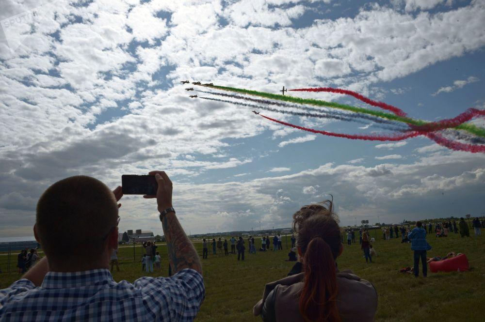 الفرقة الاستعراضية الجوية الإماراتية فرسان الإمارات خلال العرض الجوي في معرض ماكس-2017