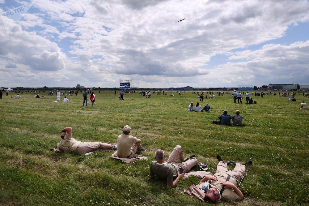 المشاهدون في معرض الطيران الدولي ماكس-2017
