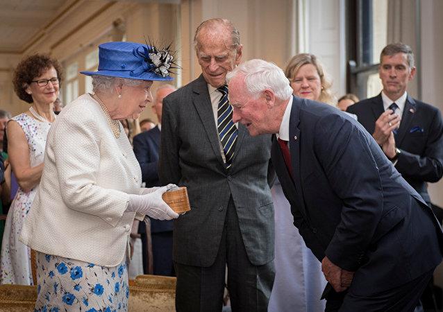 الملكة إليزابيث خلال لقائها بحاكم كندا