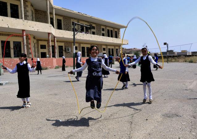 فتيات عراقيات يلعبن في ساحة المدرسة في الموصل، العراق 18 يوليو/ تموز 2017