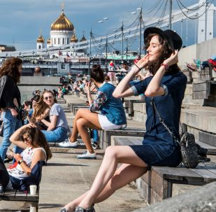فتيات تستمتعن بأشعة الشمس على ضفة نهر موسكو في حديقة غوركوغو بموسكو، 19 يوليو/ تموز 2017