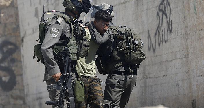 اعتقال قوات الشرطة الإسرائيلية للفلسطينيين خلال مواجهات في دير مشعل بالقرب من رام الله في الضفة الغربية، فلسطين  17 يوليو/ تموز 2017