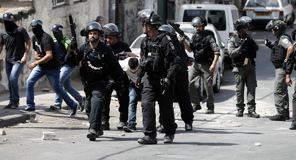 مواجهات بين الفلسطينيين والقوات الإسرائيلية بعد منع المصلين من أداء صلاة الجمعة، خارج مسجد الأقصى، البلدة القديمة، القدس، الضفة الغربية، فلسطين 21 يوليو/ تموز 2017