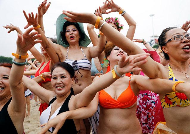 مشاركات في مسابقة لكبار السن بلباس البحر في الصين