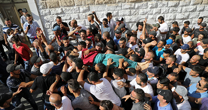جثة فلسطيني قتل في مواجهات مع القوات الإسرائيلية بالقدس