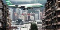 طائرة تحلق فوق مطار كاي تاك في هونغ كونغ
