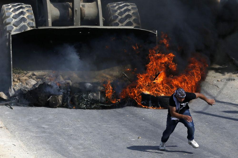 مواجهات واشتباكات بين الفلسطينيين وقوات الشرطة الإسرائيلية غرب مدينة رام الله، الضفة الغربية، فلسطين 22 يوليو/ تموز 2017