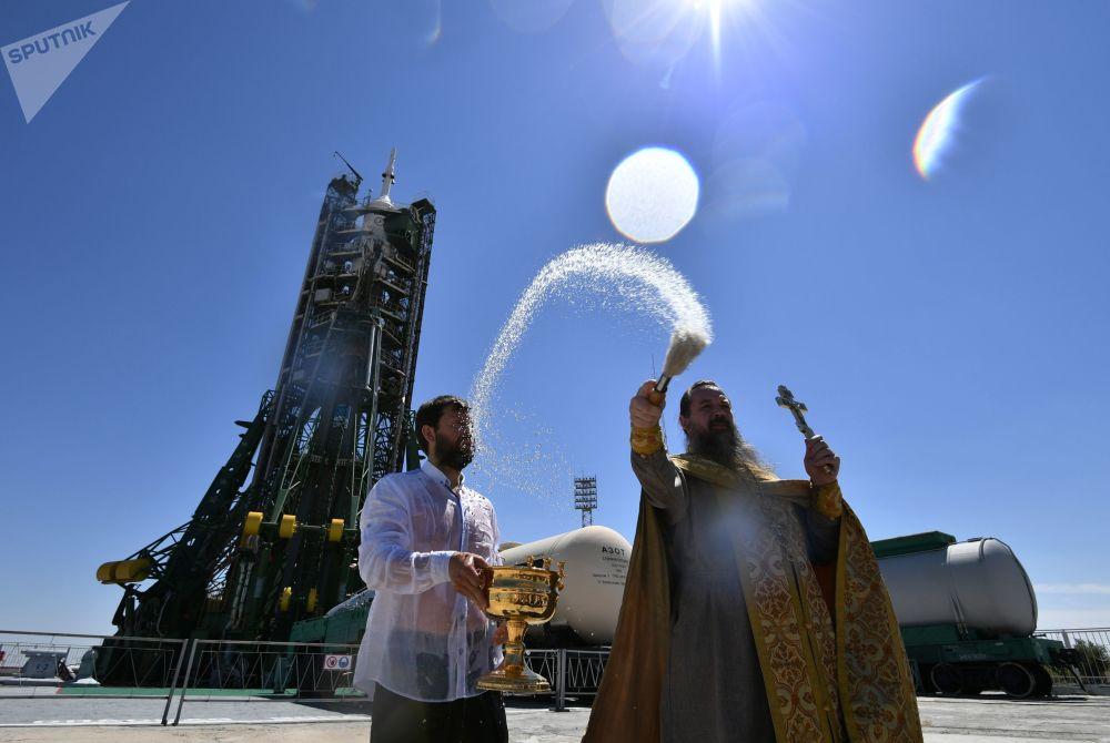 كاهن يبارك حامل صاروخ سويوز-اف غ قبل قبل الانطلاق إلى المحطة الفضائية الدولية من بايكنور