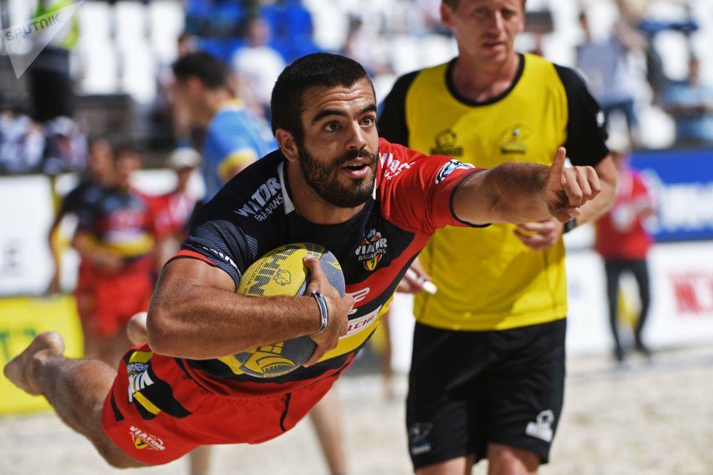لاعب إسباني في بطولة أوروبا لرغبي الشاطئ خلال مباراة بين منتخبي أوكرانيا وإسبانيا للرجال