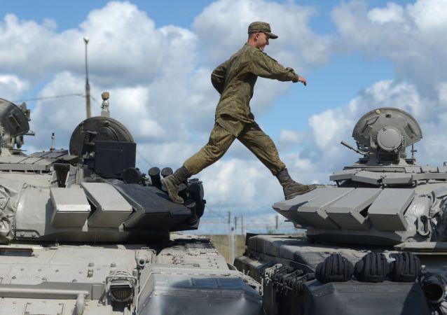 قبيل بدء البروفة لمسابقة بياتلون الدبابات للألعاب العسكرية الدولية آرميا-2017،  في الحديقة الوطنية  باتريوت في ألابينو