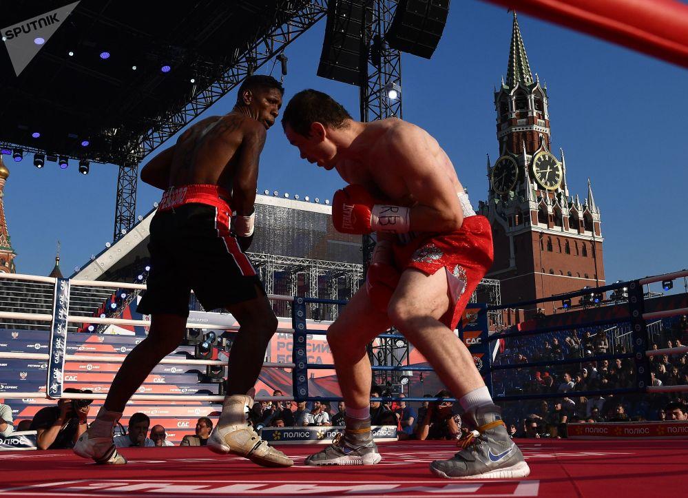 غوسمير بيردومو من فنزويلا وإيغور ميخونتسيف من روسيا خلال المباراة للاحتفال بيوم الملاكمة الروسية على الساحة الحمراء