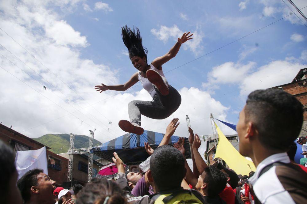 امرأة تقفز أثناء تجمع المرشحين المؤيدين للحكومة في كراكاس بفنزويلا، 25 يوليو/ تموز 2017.
