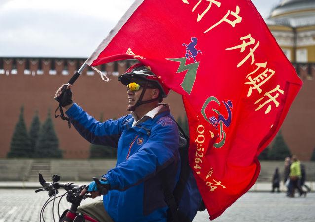 سائح صيني على الساحة الحمراء في موسكو