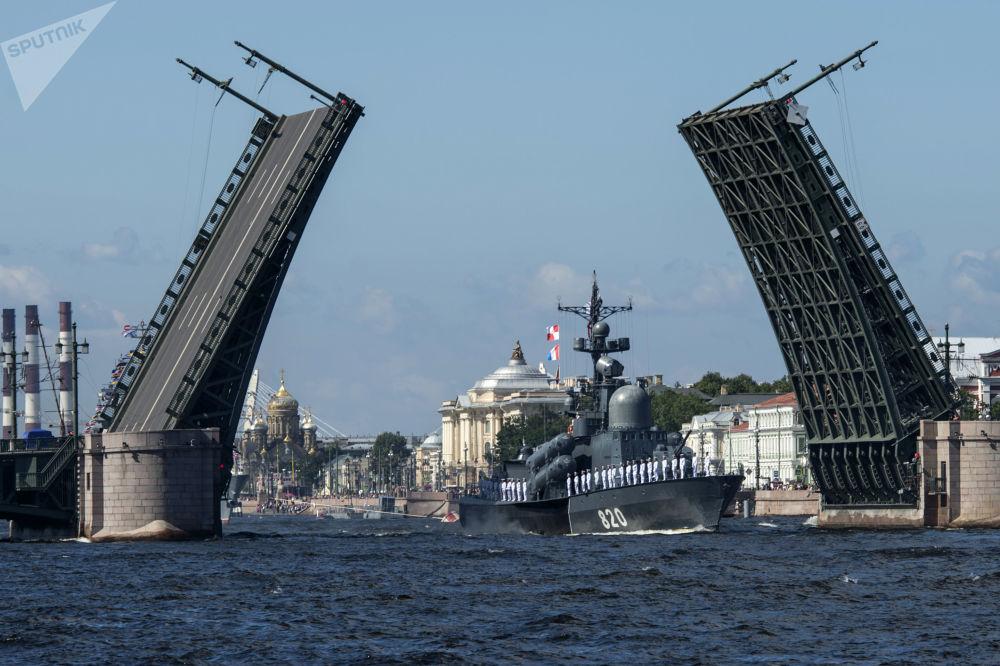 زورق صواريخ تشوفاشيا خلال بروفة للعرض العسكري المخصص ليوم البحرية الروسي في سان بطرسبر، روسيا