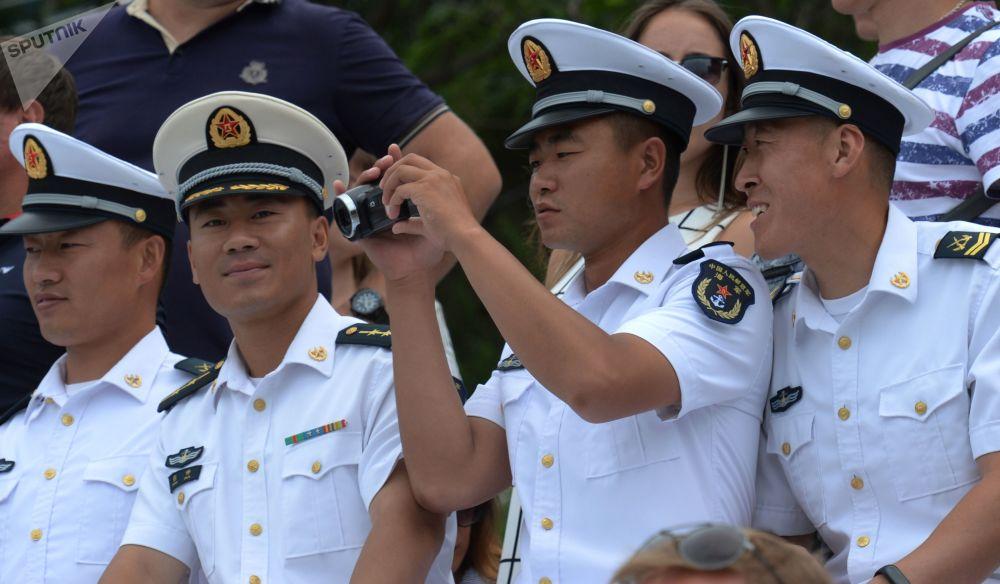 قوات البحرية الصينية من ضمن الحضور خلال مراسم الاحتفال بيوم القوات البحرية الروسية في فلاديفوستوك، روسيا